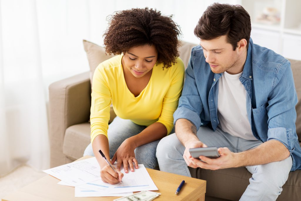 Casal calculando BTUs necessários