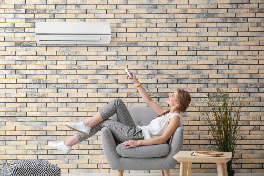 Mulher usando um ar-condicionado inverter