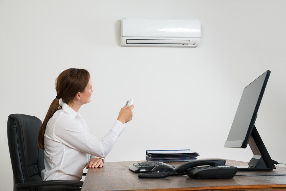 Mulher ligando um ar-condicionado split