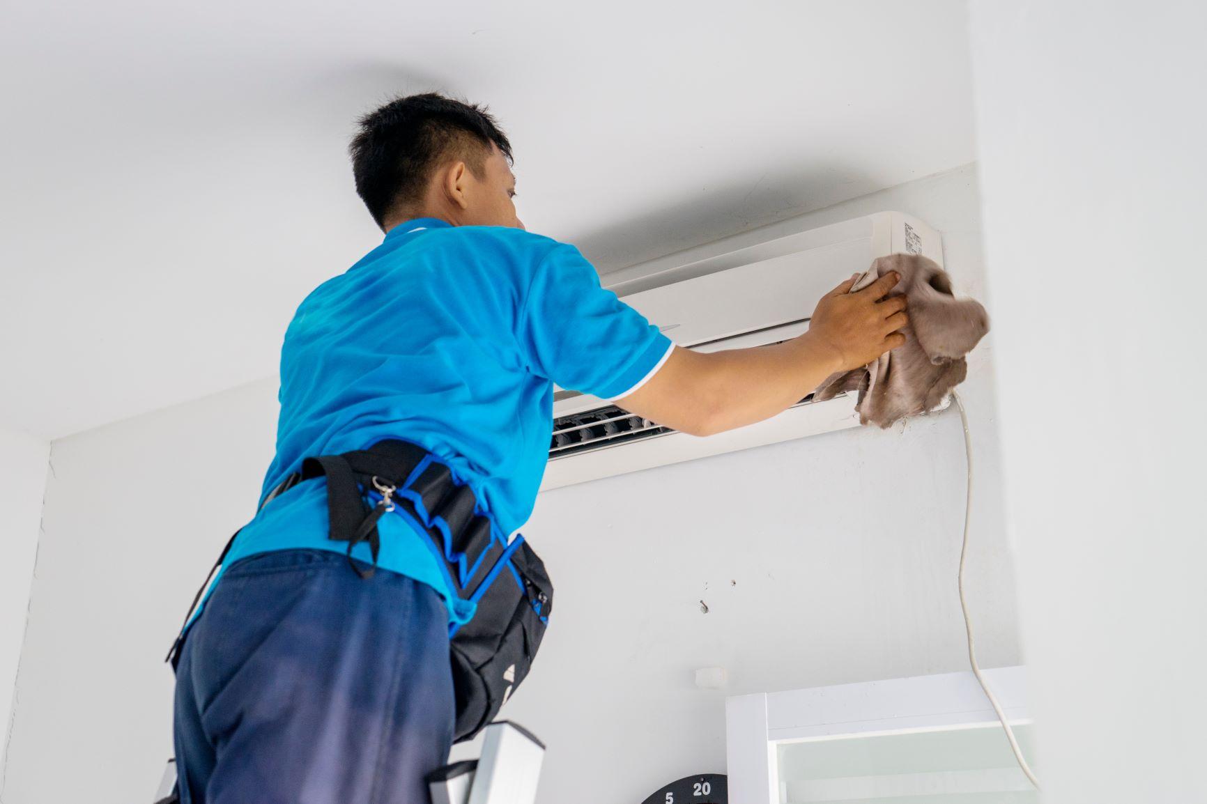 Limpar o filtro do ar-condicionado: qual a importância e como fazer?