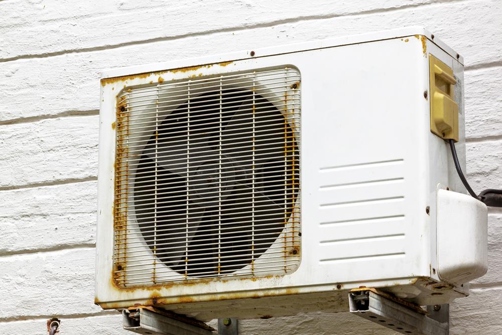 Ar-condicionado que sofreu desgaste com o tempo