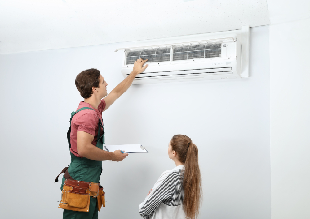 Técnico instalando ar-condicionado