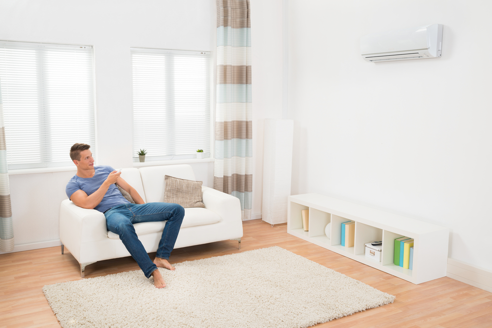 Homem descansando enquanto usa o ar-condicionado