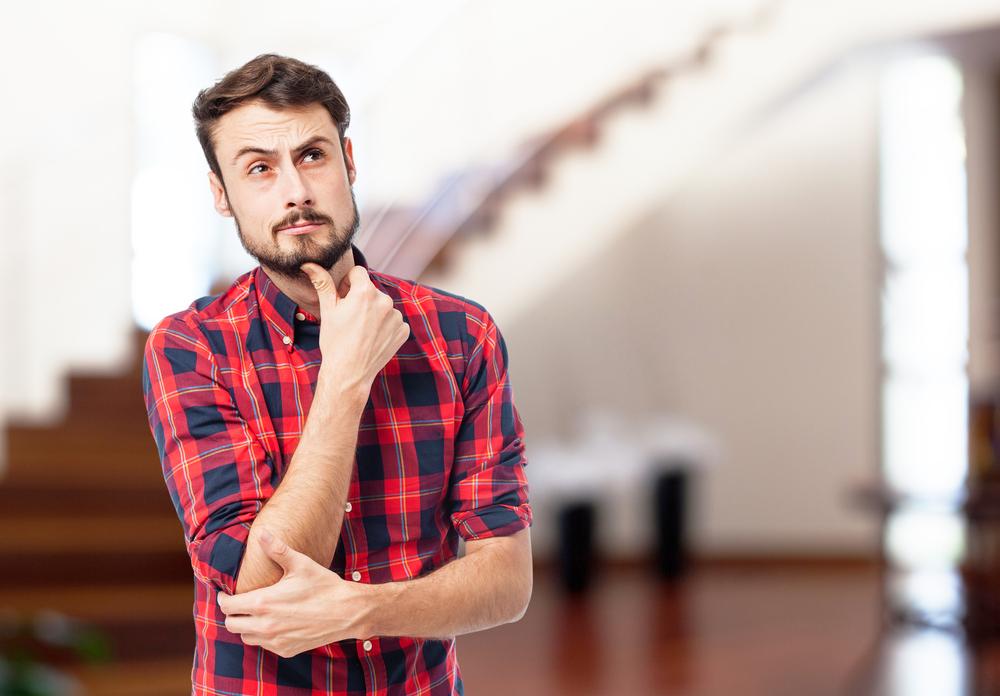 Homem decidindo compra de frigobar