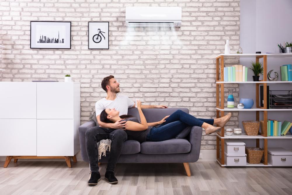 Casal com um ar-condicionado oferecendo a temperatura ideal