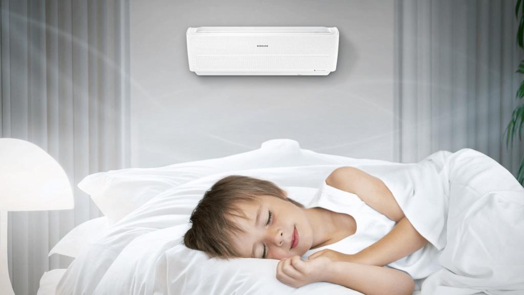 Criança dormindo com ar-condicionado ligado