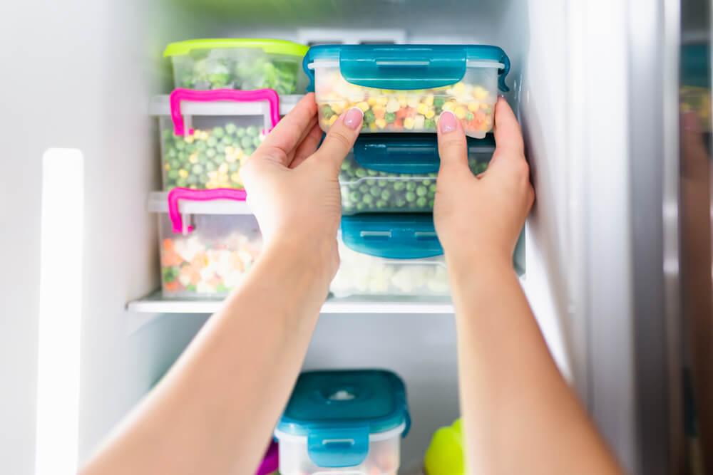 Alimentos sendo guardados em um freezer
