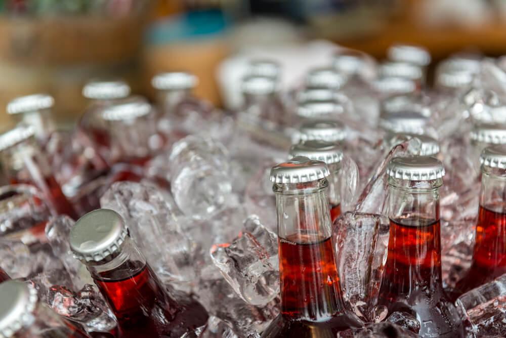 Não devem ser guardadas garrafas de vidro no freezer