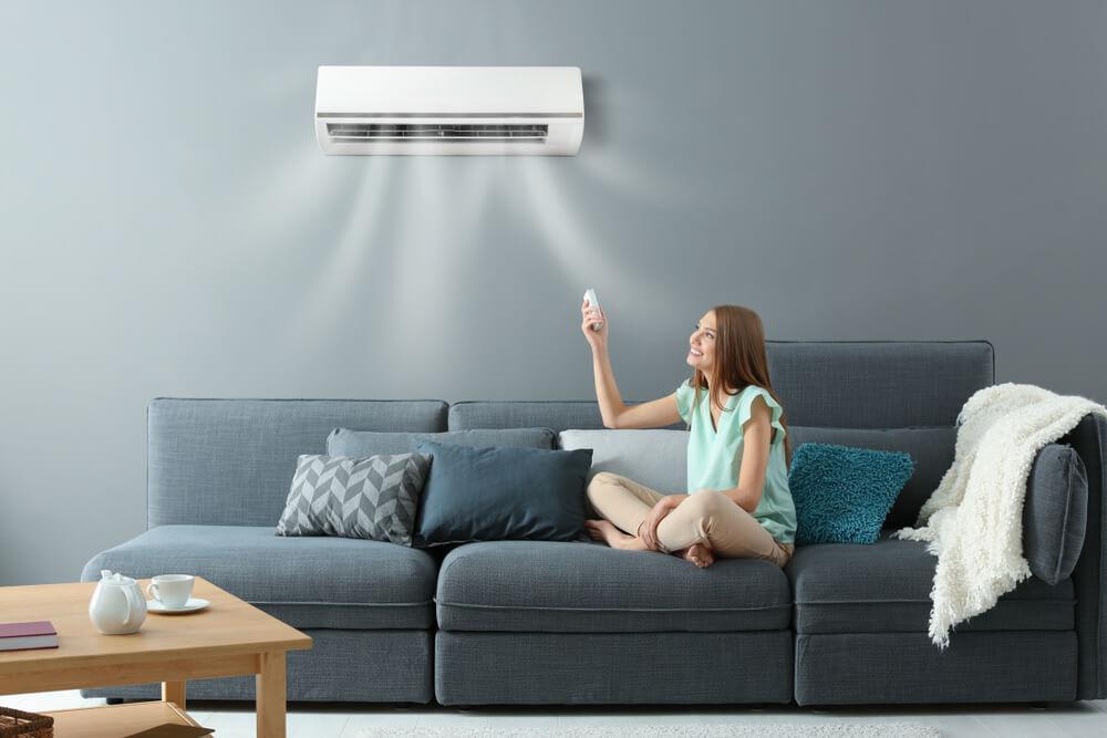Mulher usando um ar-condicionado multi-split