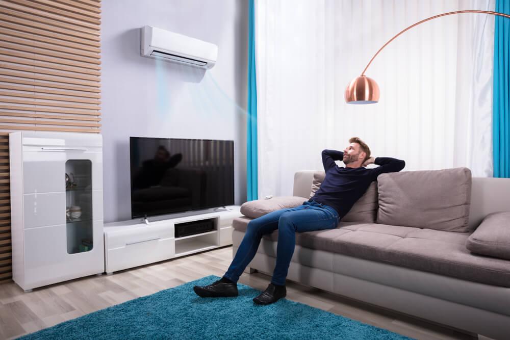 Homem relaxando com um ar-condicionado
