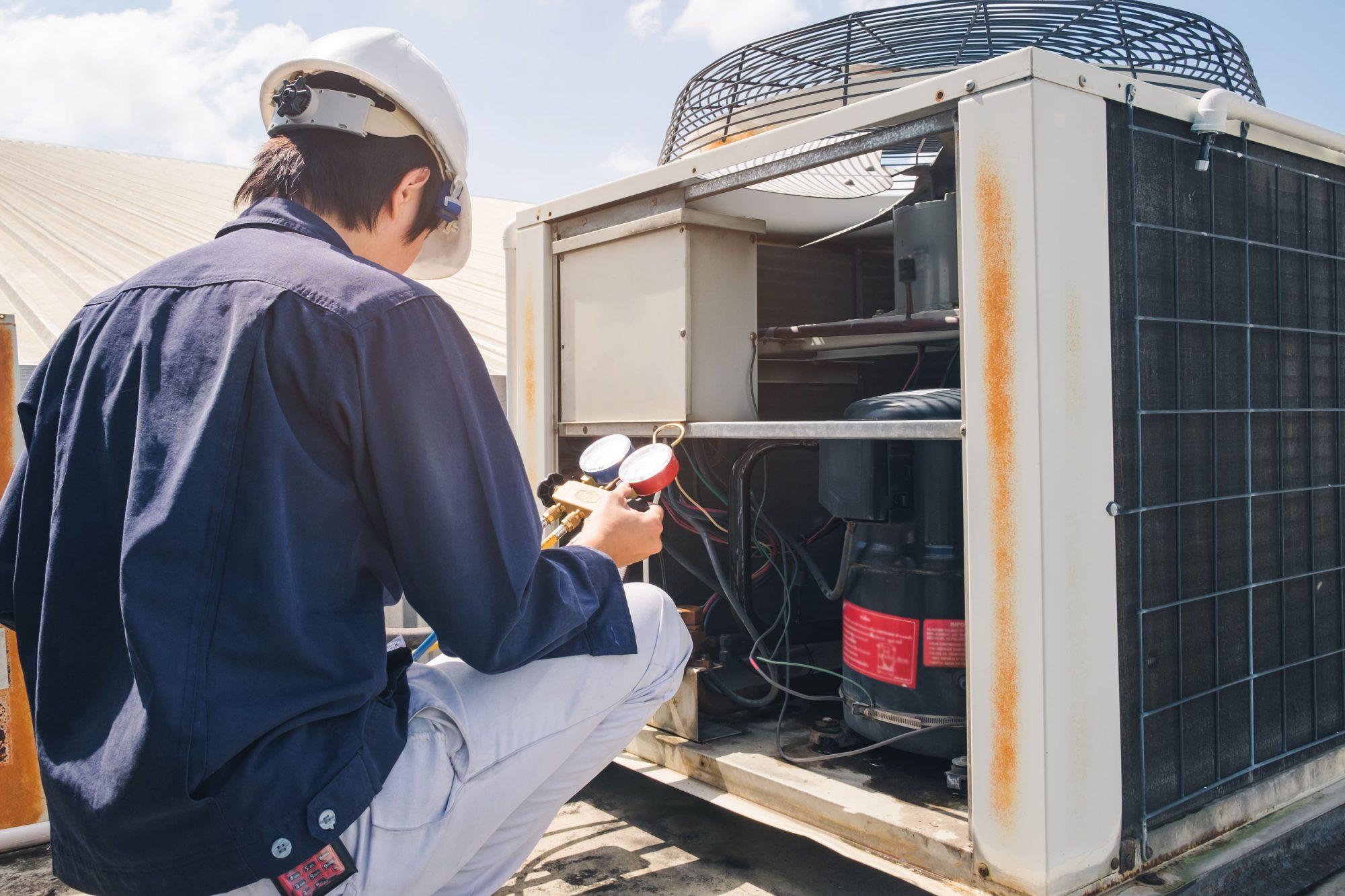 Técnico realizando manutenção de um ar-condicionado