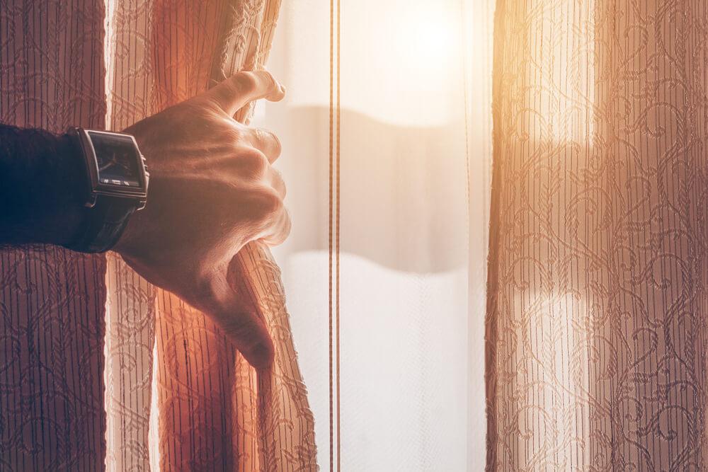Manter as janelas abertas é uma excelente opção para ventilar a casa