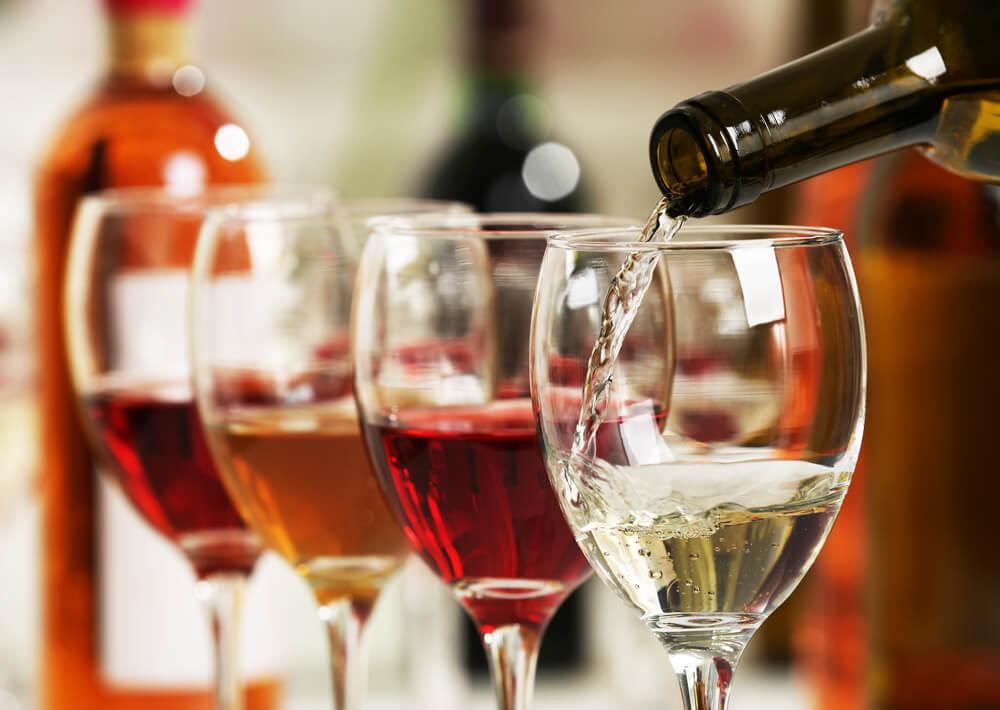 servindo vinho branco em uma taça