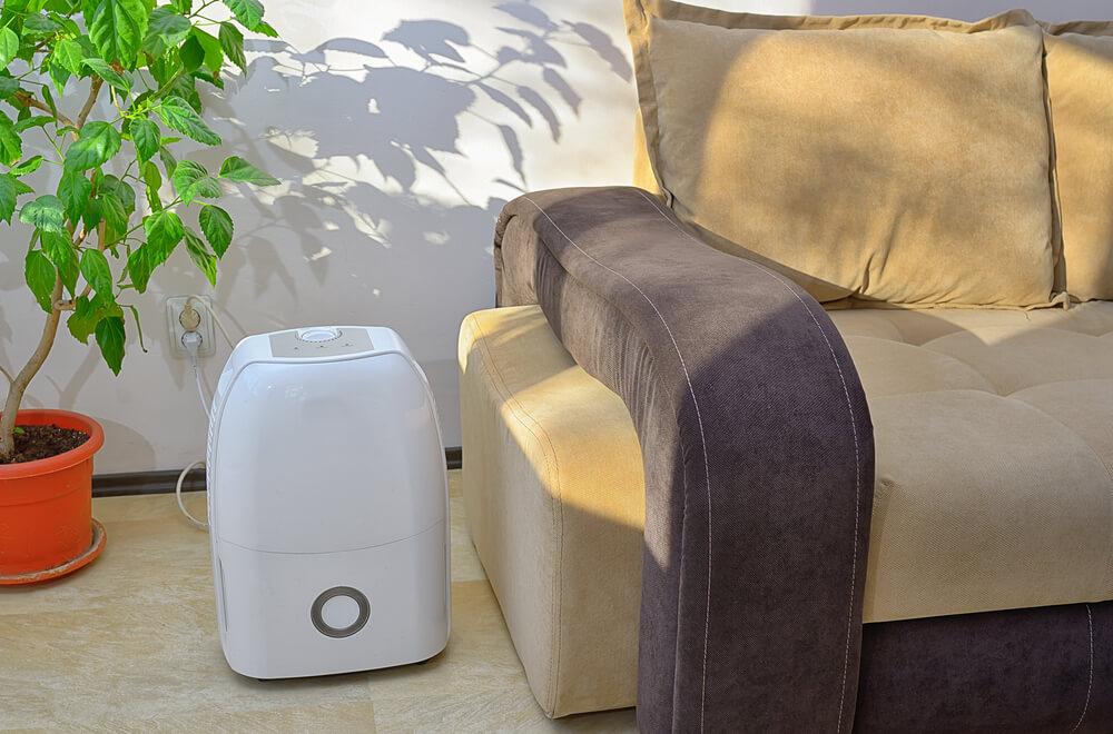 ar condicionado portátil ao lado do sofá