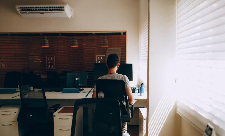 escritório com ar-condicionado