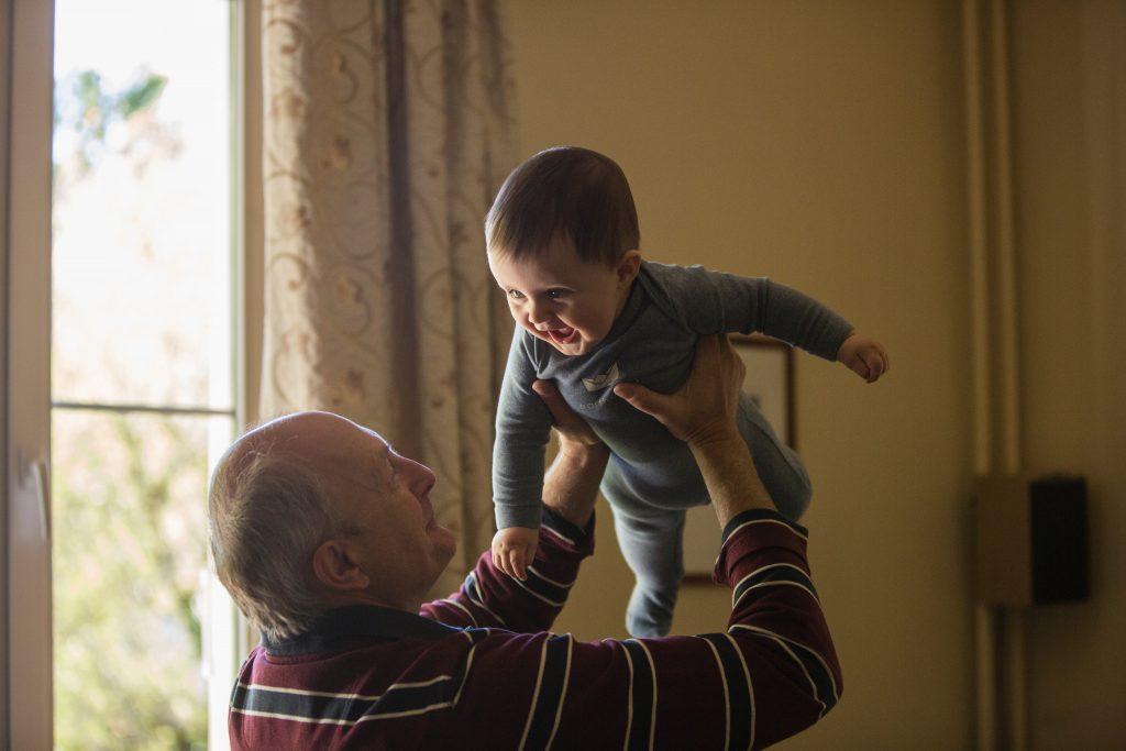 idoso e criança brincado