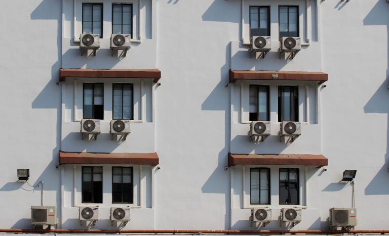 condensadoras de ar condicionado do lado externo deum prédio