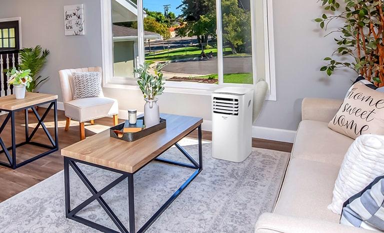sala de estar com ar-condicionado portátil