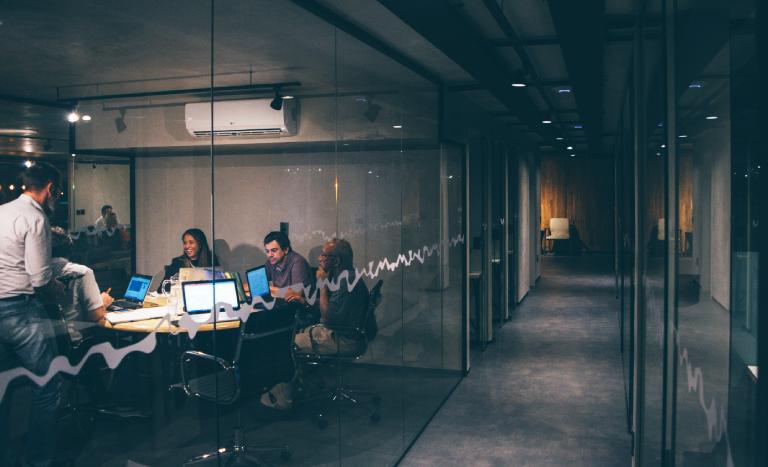 multi split instalado em prédio com split em sala de reunião