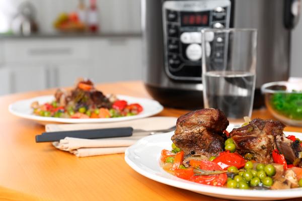 comida preparada na panela de pressao eletrica